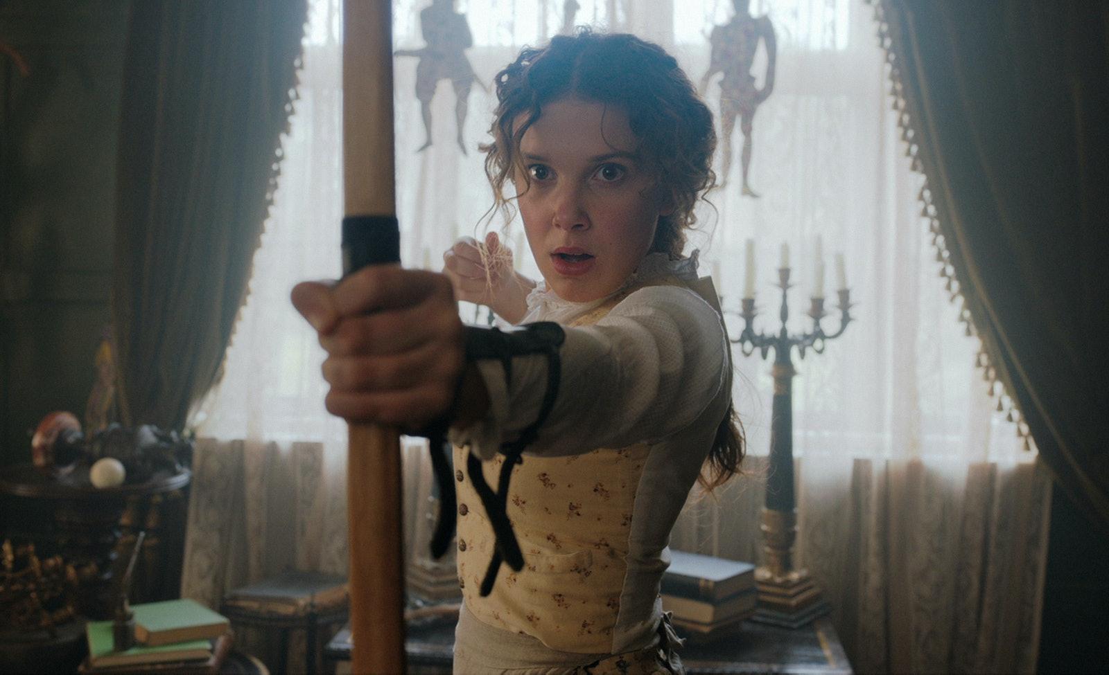 Millie身穿碎花裙挽弓,巾幗不讓鬚眉。