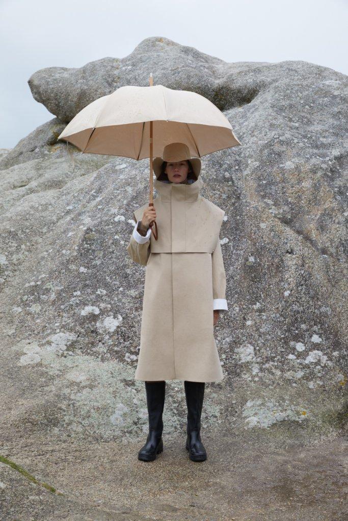 去年夏天 Jil Sander 悠閒風格支線 Jil Sander+ 與經典雨具品牌 Mackintosh 合作