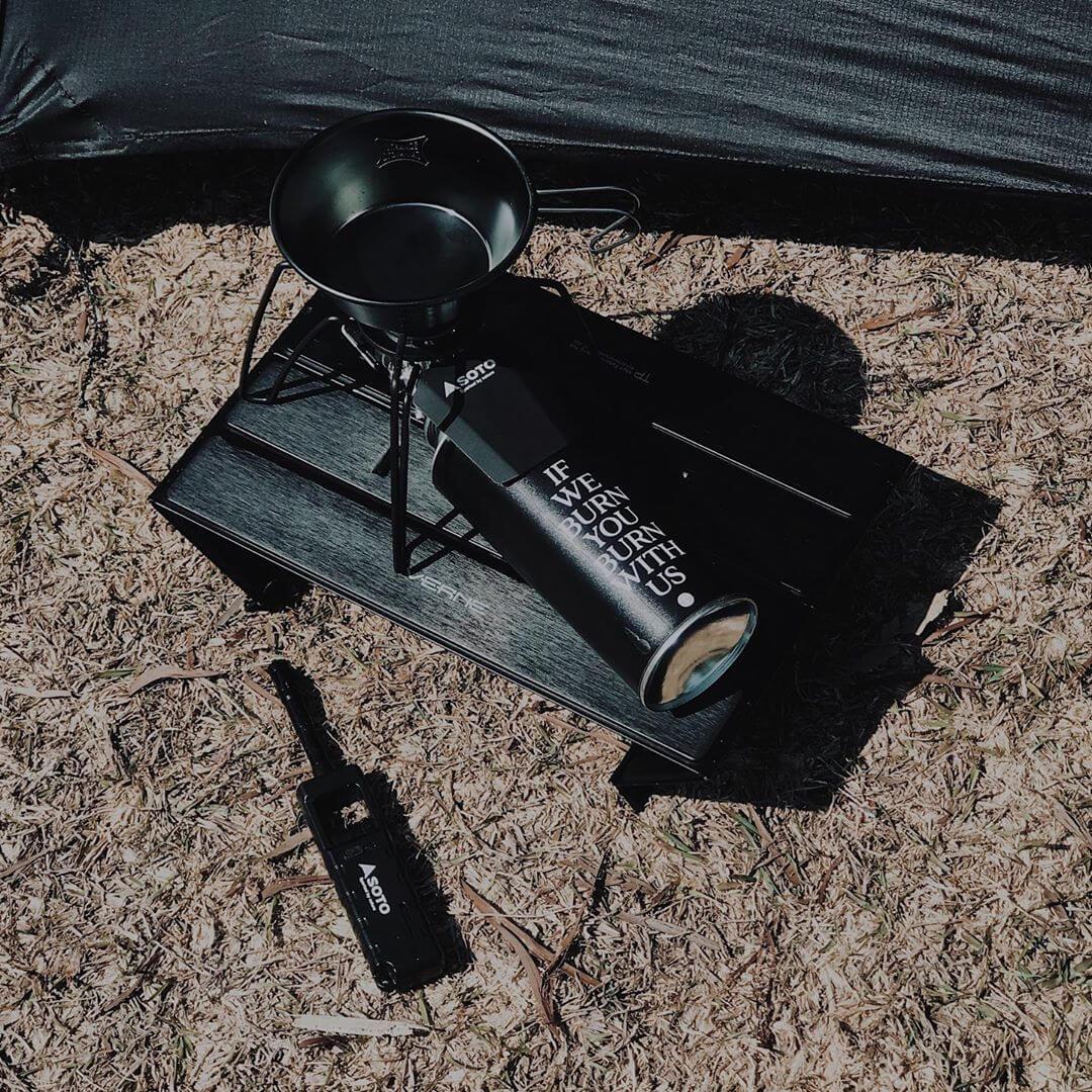 攝影師和設計師以外,AM亦是行善發燒友,理所當然他的山野用品亦是清一色全黑。