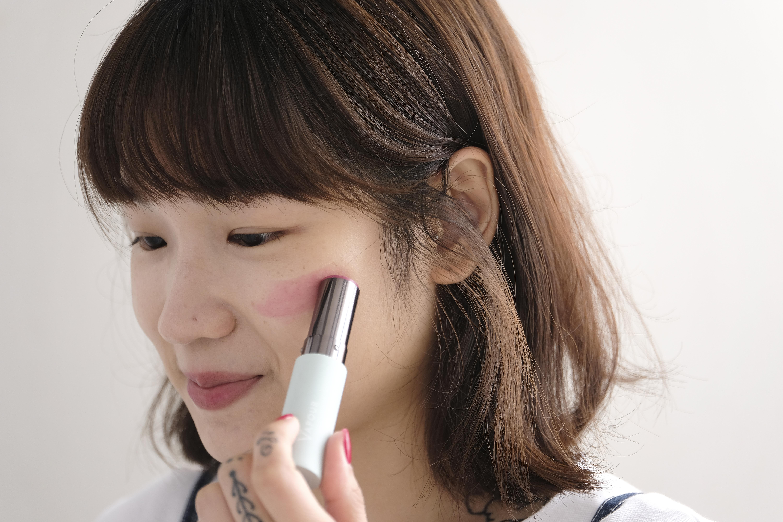 從面頰正中間向顴骨方向輕輕塗抹,若嫌不夠紅潤的話,可以反覆來回塗抹。