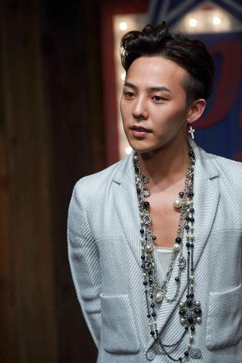 G-Dragon(權志龍)的Chanel造型早已深入民心,將Coco Chanel的長珍珠項鏈玩得淋漓盡致。