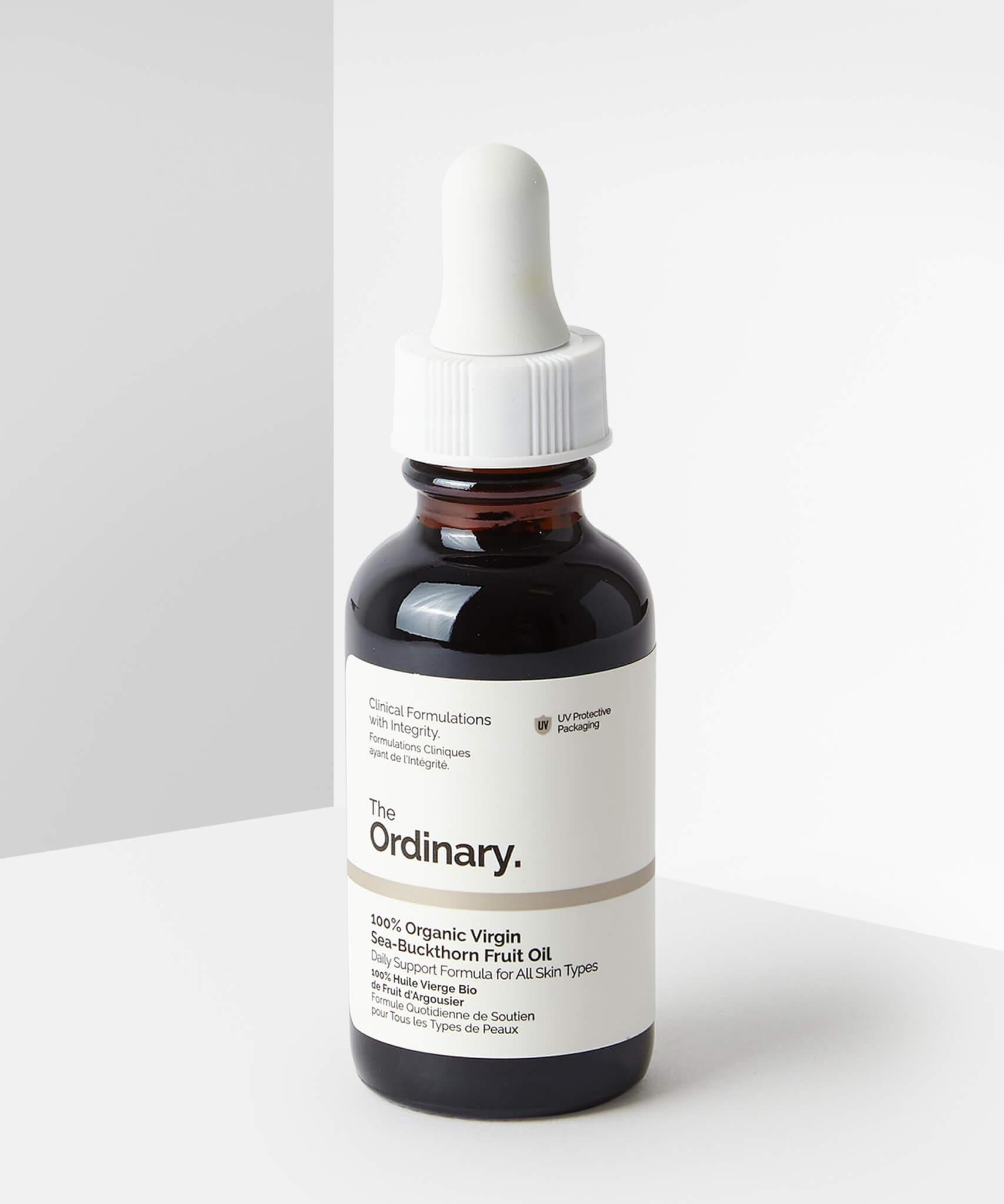 The Ordinary 有機初榨冷壓沙棘果油 HK$150/30ml 萃取自沙棘果肉,含有高濃度珍稀棕櫚油酸(Omega 7),有效滋潤和保護肌膚。同時含有其他脂肪酸及抗生素如生育酚(維他命E)、類胡蘿蔔素及番茄紅素,有助於保護皮膚免受自由基的傷害。產品的天然深橙色源於高濃度的類胡蘿蔔素和番茄紅素。