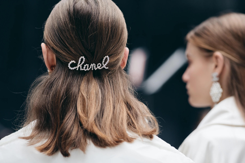 a3c8c91c-d104-484d-be32-0ef5b9205cf6-chanel-pearl-hair-clip-autumn-winter-2019-accessorie-shair