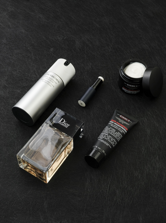 (由左至右) SHISEIDO Men 全效活膚保濕乳 HK$590/80ml 品牌的水感轉化技術,塗抹時將滋潤乳霜質感轉化為輕感液質乳液,補濕之餘不黏膩。潔面及剃鬚後,塗抹按壓瓶泵一次份量於全面。 Chanel 霧面保濕護唇膏 HK$305 具修護、柔膚、修潤功效的護唇膏,滋潤雙唇的同時透現霧面效果。蘊含天然滋潤的荷荷芭油、乳木果油及具抗氧功效的維他命E衍生物。 Dior Homme 鬚後水 HK$490/100ml 輕盈柔潤的質感,滲出陣陣溫和的香草氣息,修護及舒緩剃鬚後的受損肌膚。 Kiehl's 男士緊緻抗皺面霜 HK$370/50ml 集緊緻、提升及抗皺護理於一身,配方特別為男士粗厚膚質而研創,能輕柔地去除死皮細胞,撫平粗糙肌理。 Kiehl's 男士緊緻抗皺啫喱面霜 HK$370/50ml 輕盈的啫喱質感能迅即滲入皮膚,提供抗衰老及保濕功效。配方特別為不喜歡面霜的豐潤質地的男士而設。