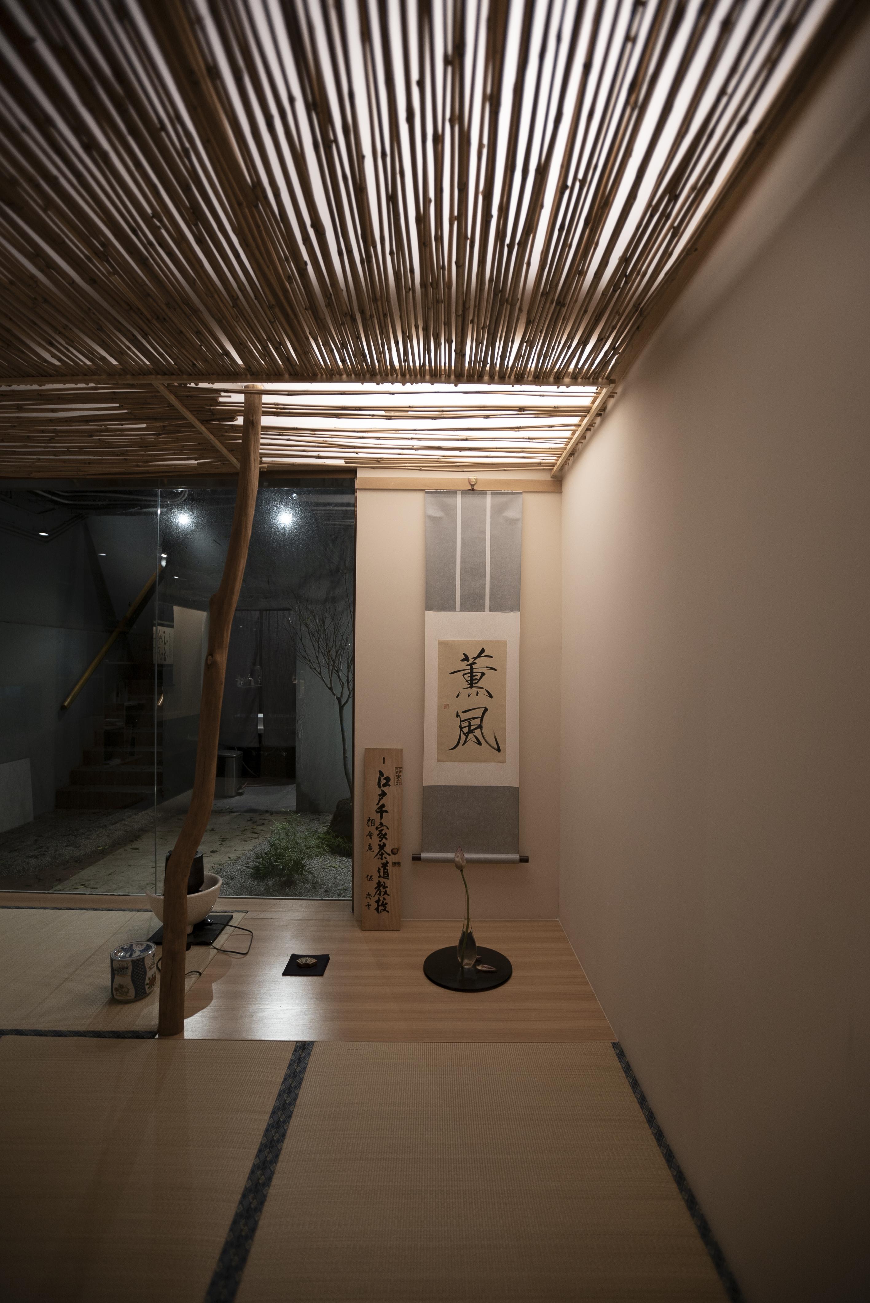 以瘦金書寫的茶室掛軸。