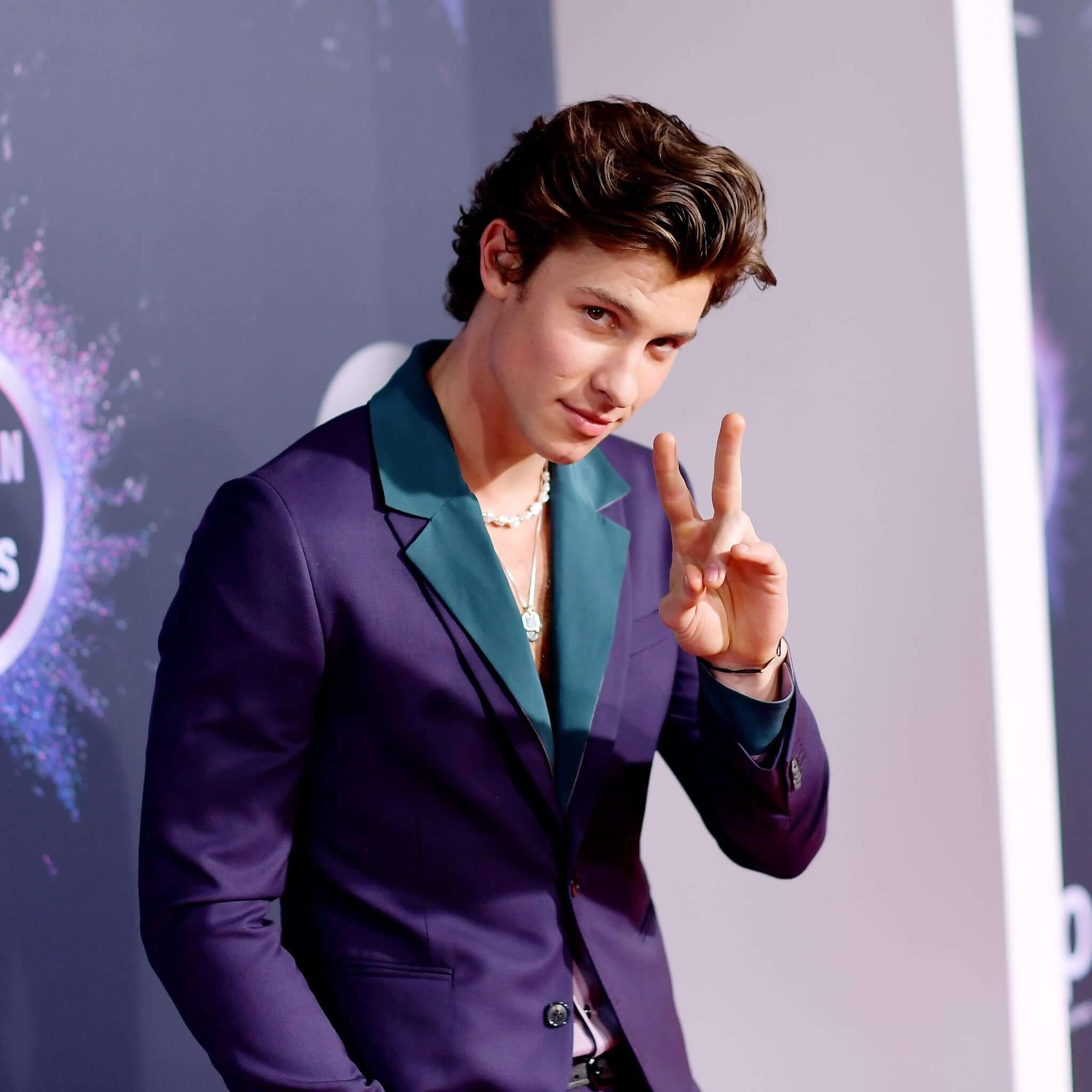 加拿大唱作歌手Shawn Mendes的復古西裝造型配珍珠鏈亦別具公子味道。