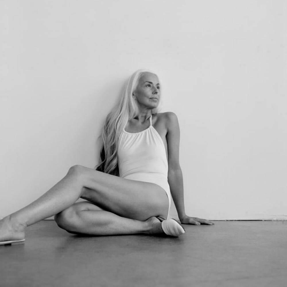 六十三歲的Yazemeenah Rossi憑自信成為泳裝品牌模特兒