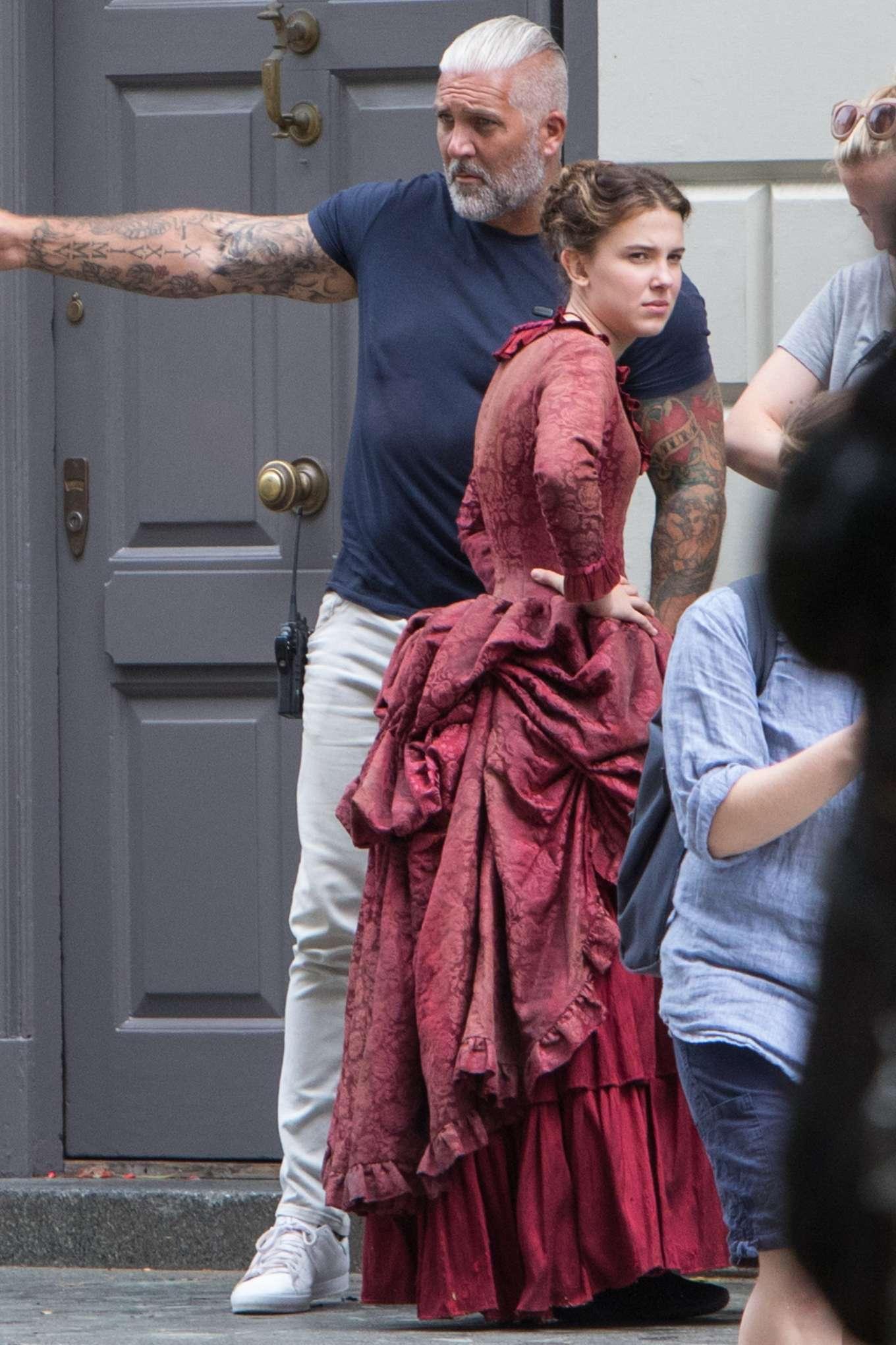 外媒在《Enola Holmes》拍攝現場拍到Millie Bobby Brown身穿傳統英式禮服,看來戲服亦是劇集的焦點所在。