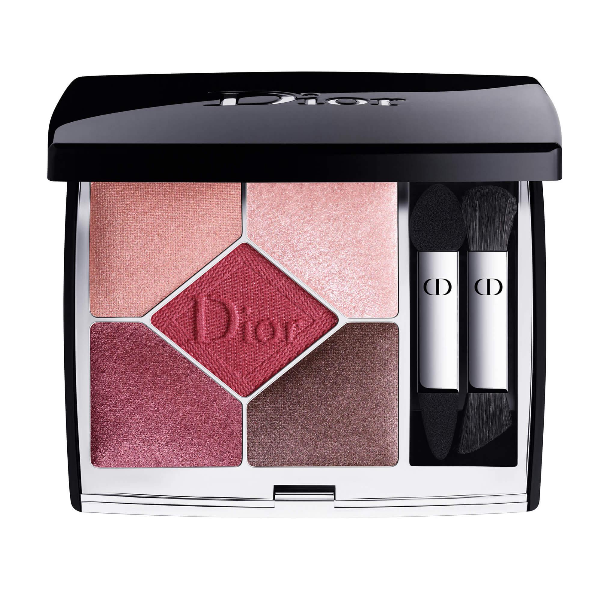 Dior 高級訂製五色眼影 (#879)HK$550 每款眼影組合的靈感皆源自著名的Dior時裝天橋造型,於全新眼影盒中帶來煥然一新的色調及妝效。備有6種全新妝效:啞緻、緞光、珠光、金屬、閃爍及光影,以及14款由Peter Philips創作的色彩組合,塑造出一系列與經典時裝天橋造型相對應,且易於使用及配搭的眼影色調。