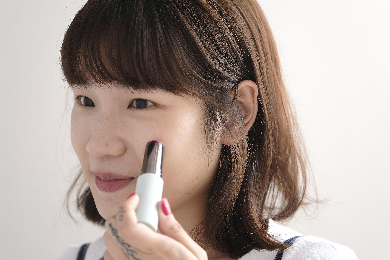 無須化妝掃,將胭脂筆直接塗抹在面上。