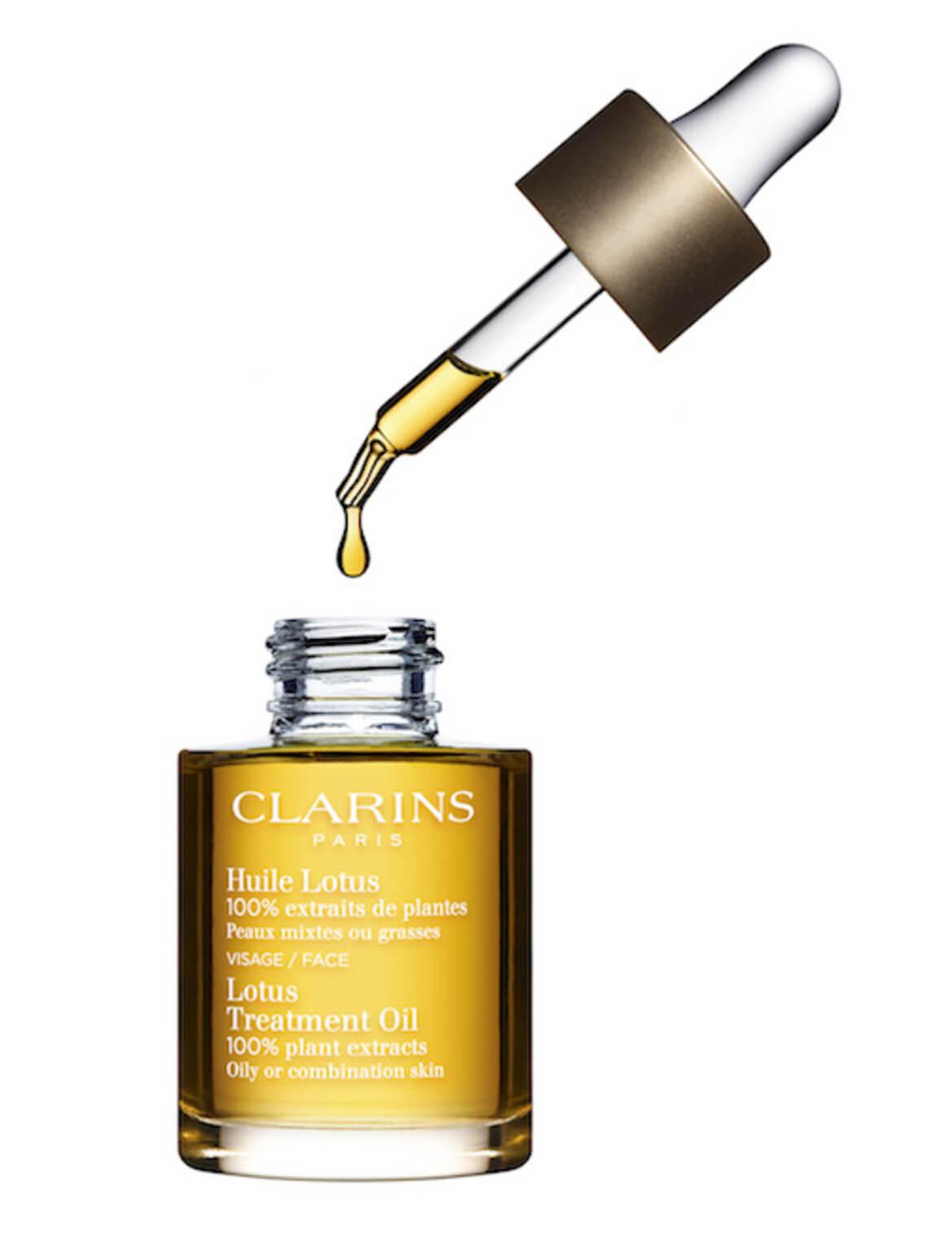 Clarins 蓮花護理油 HK$450/30ml 針對混合性和油性肌膚,能有效淨化及調和肌膚。迷迭香、天竺葵及榛子油結合蓮花萃取,有效收緊毛孔、平滑肌膚紋理。