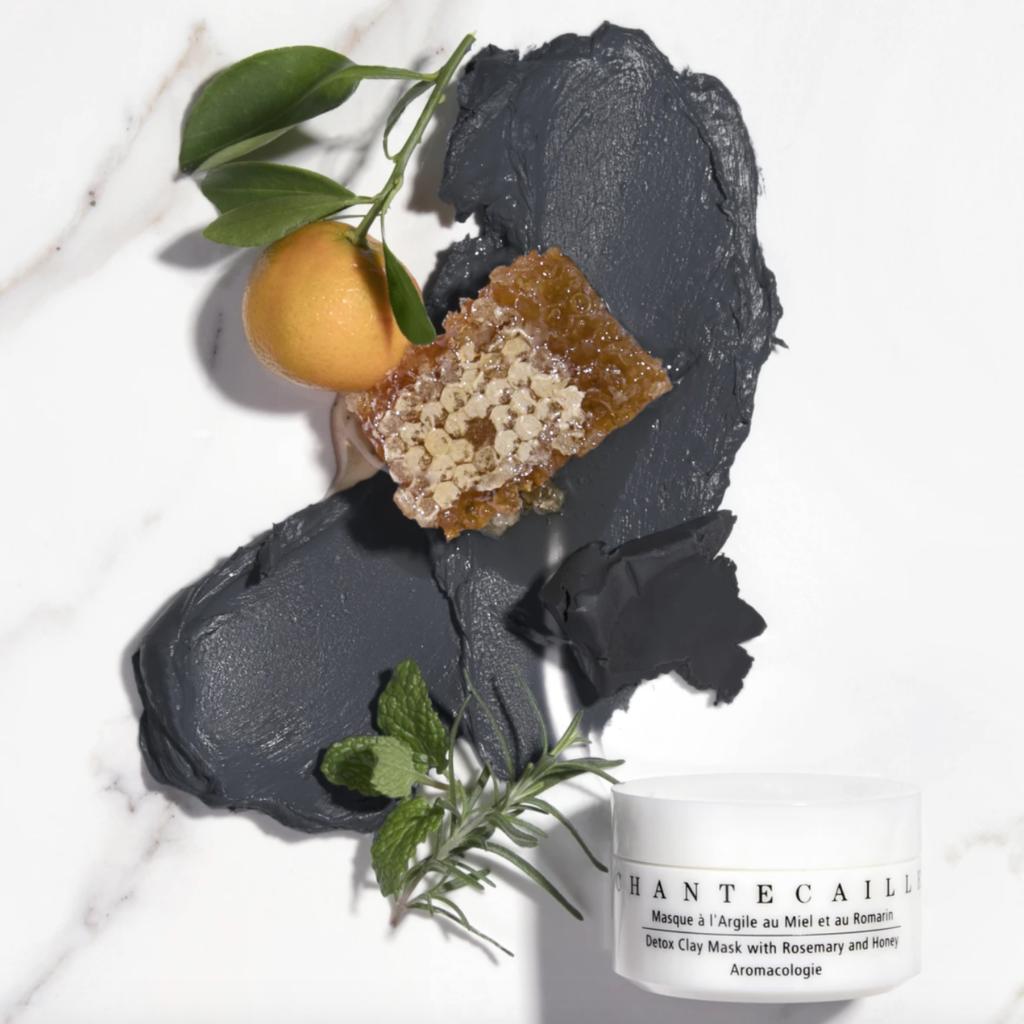 Chantecaille Detox clay mask 蘊含革命性植物成分的黑泥面膜,有效平衡調節肌膚,緊實細緻毛孔,不會令肌膚乾涸。高嶺土有效吸取肌膚多餘油脂,蜂蜜則提供滋養成分,迷迭香有助淨化肌膚。