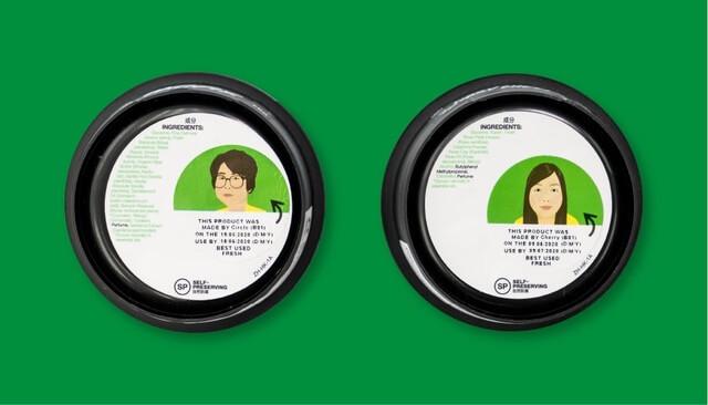 LUSH的產品會標示有效⽇期的貼紙,貼紙上的肖像主⼈就是負責⼿製新鮮⾯膜的幕後功⾂。