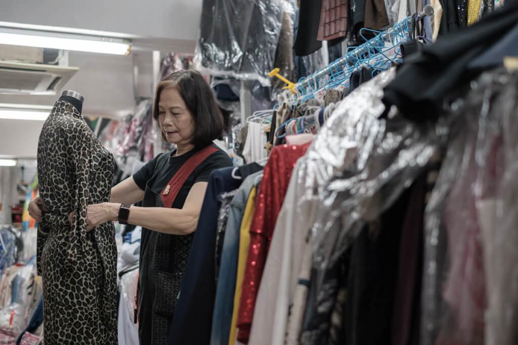 【疫情下的電影業】租戲服公司老闆玲姐  見證電影業興衰  細說與服裝指導的一份情