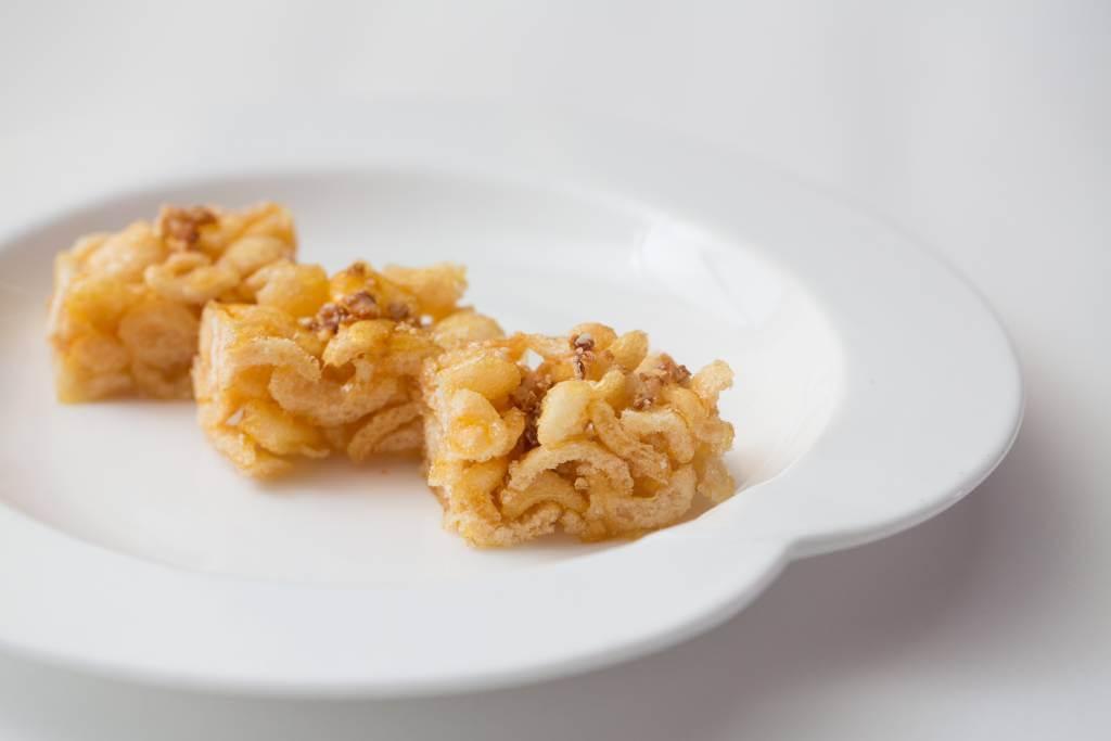 沙河粉薩其馬//用沙河粉做成的馬仔,吃來格外香脆,質感與蝦片接近。配搭甜甜的麥芽糖膠,個人認為美味度與原著不相伯仲。(價錢待定)
