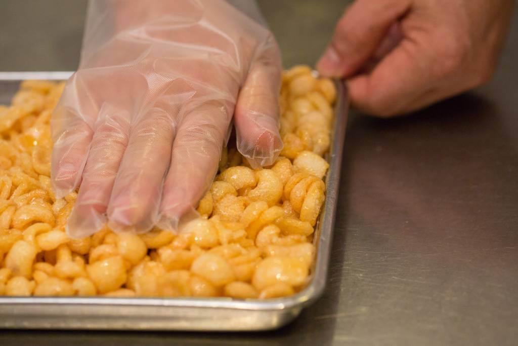 糖膠煮好後,必須把握黃金一刻,與脆片快速混合,然後按壓成形。