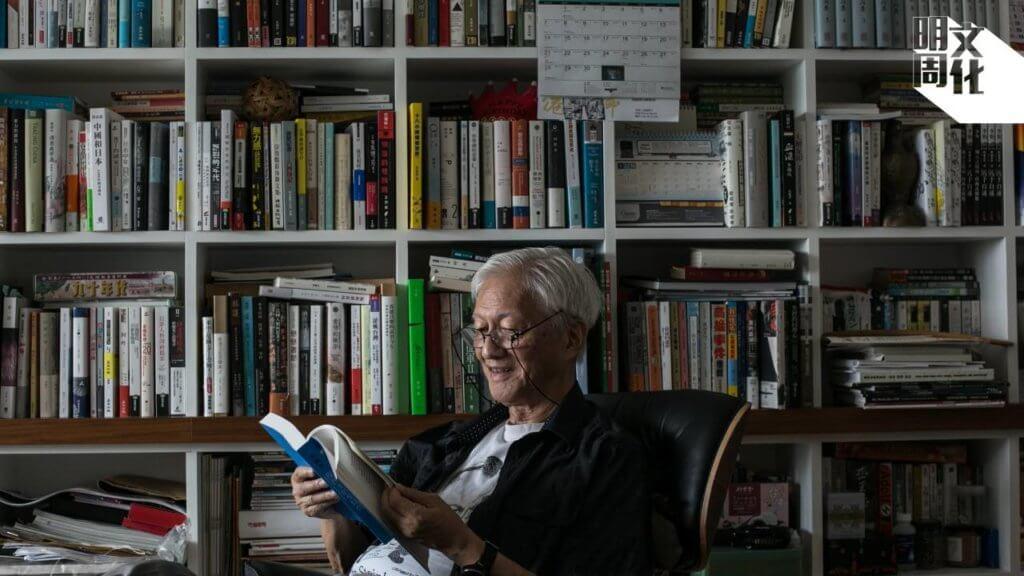李怡,生於一九三六年,四八年移居香港。原名李秉堯,筆名舒樺、齊辛等。藉投稿《文藝週刊》晉身文壇,成為作家;亦創辦雜誌《伴侶》、《七十年代》(後改名《九十年代》),對本地文學及社會議題討論貢獻良多。