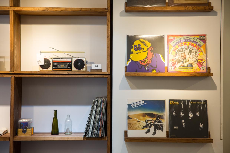 牆上大櫃放滿了店主想與大家分享的物事,有黑膠唱片、維修好的收音機,也有各式本地醬油,最新還有光城香米!