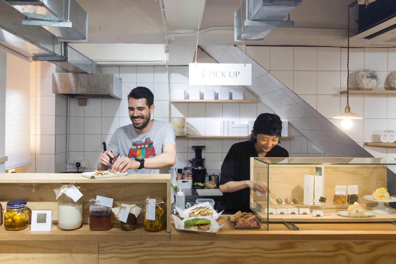 Anto Bero專注準備發酵類食品,Tina則悉心整理已製成的純素甜品。兩種不同的食物理念,就在狹小的樓梯底下聚合。
