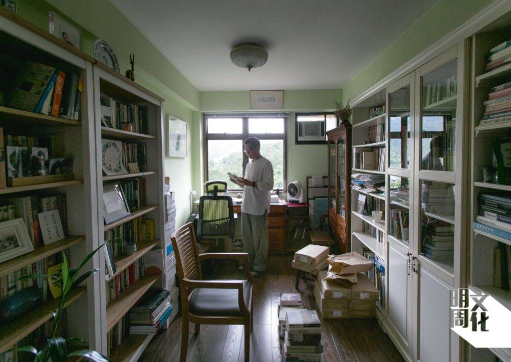 陳健民自言家中書房空位有限,所以從中大提早退休時,也沒有將辦公室的書盡數搬回家,而是送給學生。