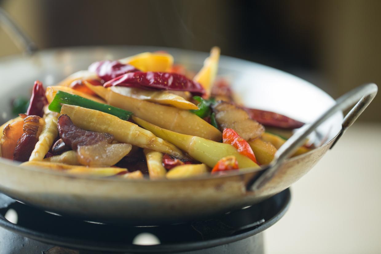 干鍋小筍臘肉 // 臘肉帶有獨特的煙燻味,吃一口旁邊的竹筍,可以緩解口腔裡的油膩感。 ($88)