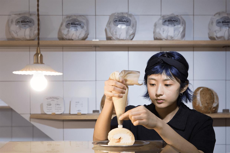 各式糕點主要在黃竹坑的工場製作。Tina每日把新鮮出品帶到合舍的小廚房中,出售前才加上最後一層由豆乳打成的忌廉。