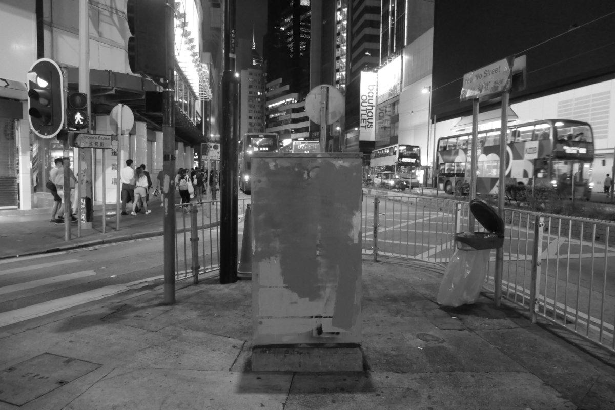 香港,銅鑼灣:交通燈控制箱被刪除的塗鴉(圖片由作者提供)