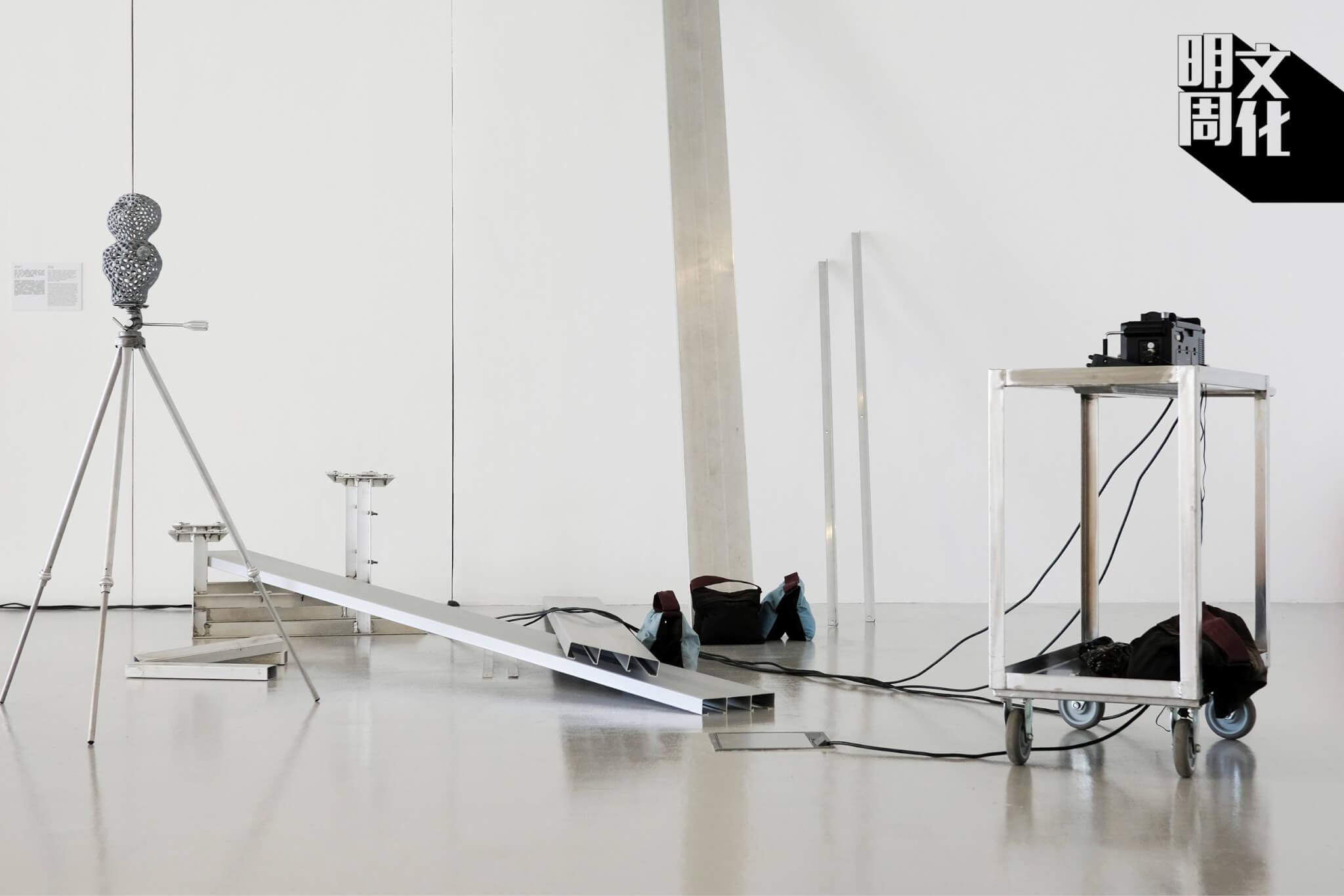 謝淑妮透過《Playcourt》中的無線電設備,反思公共空間的自由度。