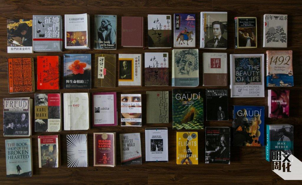 陳健民的五十本「獄中書」:大多是他之前沒空讀的「閒書」;將這批「閒書」攤在地上,可見其類型繁多,從文學、藝術、哲學到信仰、歷史、傳記都有。