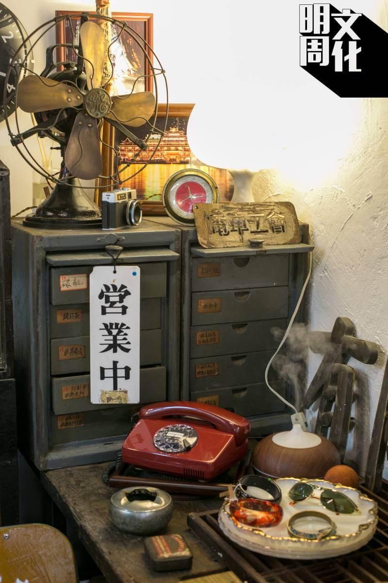 小店主要售賣香港相關的舊物