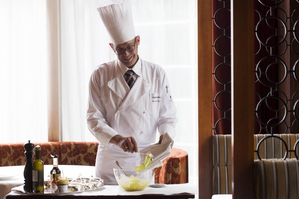 每當有客人點凱撒沙律時,德籍助理主廚Josef Gallenberger便從廚房推出餐車,並戴上手套,在客人面前製作沙律。