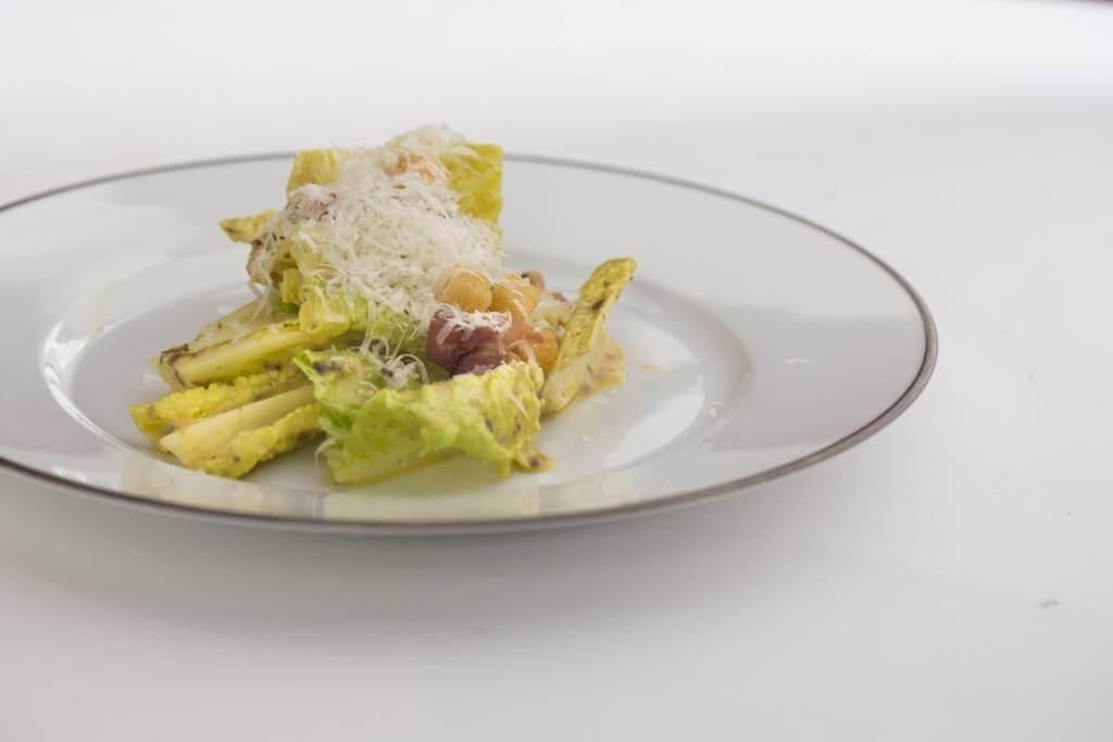 凱撒沙律//Josef沿用美國紐約曼哈頓高級酒店Waldorf Astoria所創的食譜製作。由於醬汁即場製作,因此很能掛在葉塊上;而酸豆、鯷魚等食材,則讓醬汁風味更香濃。($215)