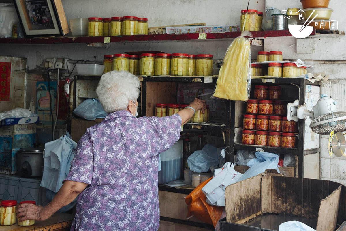 客人都趕在貴記結業前光顧,讓何家上下都忙過不停。貞姐的九十多歲母親,也出手幫忙。