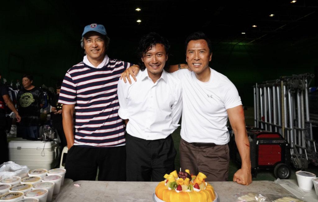《怒火》拍攝期間,陳木勝與主演的甄子丹、謝霆鋒合照。其時陳導經已患上末期鼻咽癌。