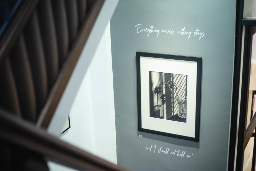 牆上的文字是了解其作品及心路歷程的窗口