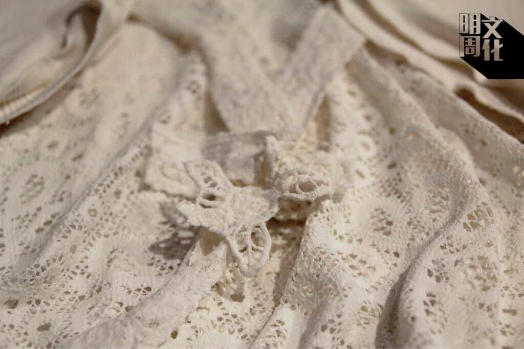即使燒成了白瓷,衣服原有的細節仍然清晰可見。