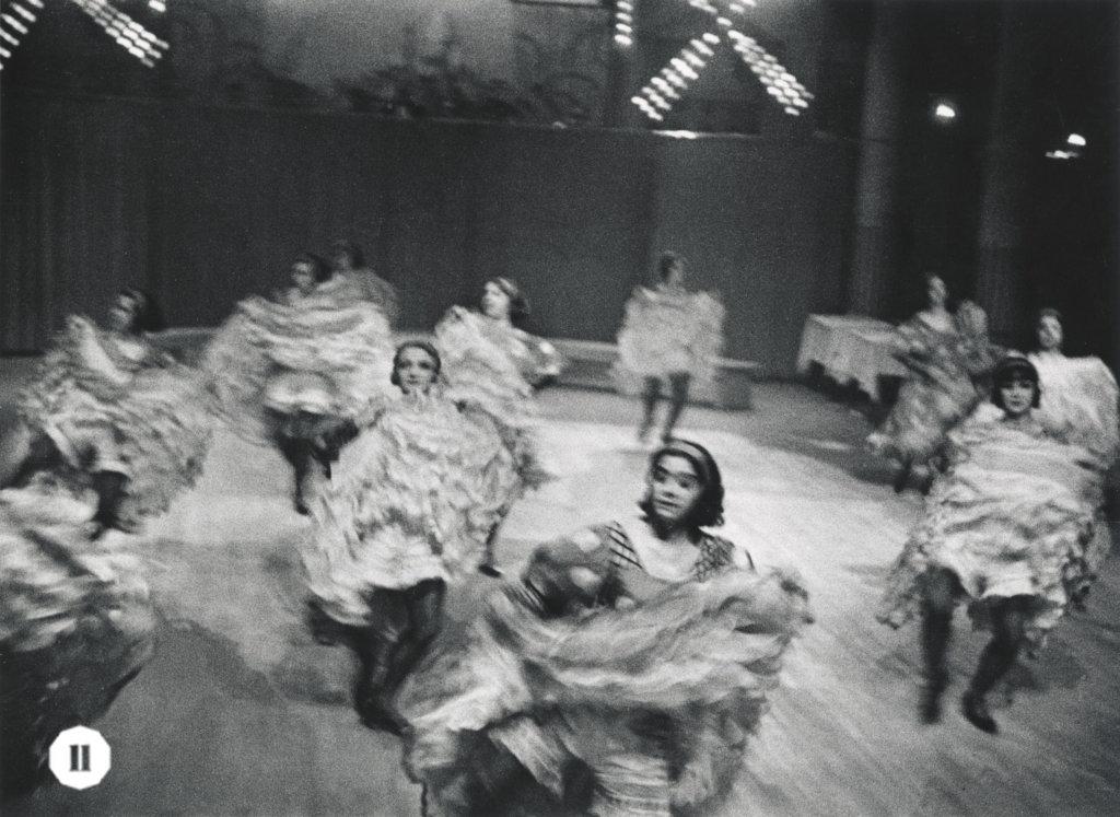 在巴黎紅磨坊拍攝的康康舞者充滿動感,藝術評論家Emmanuel Sougez形容其作品有「罕見的攝影活力」。