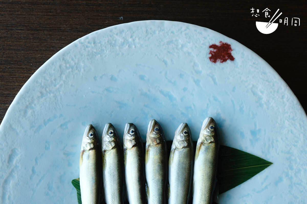 來自九州的香魚,都用碎冰蓋着從當地運來香港。新鮮的香魚,眼珠都是透徹的,而魚皮也應閃着銀光。