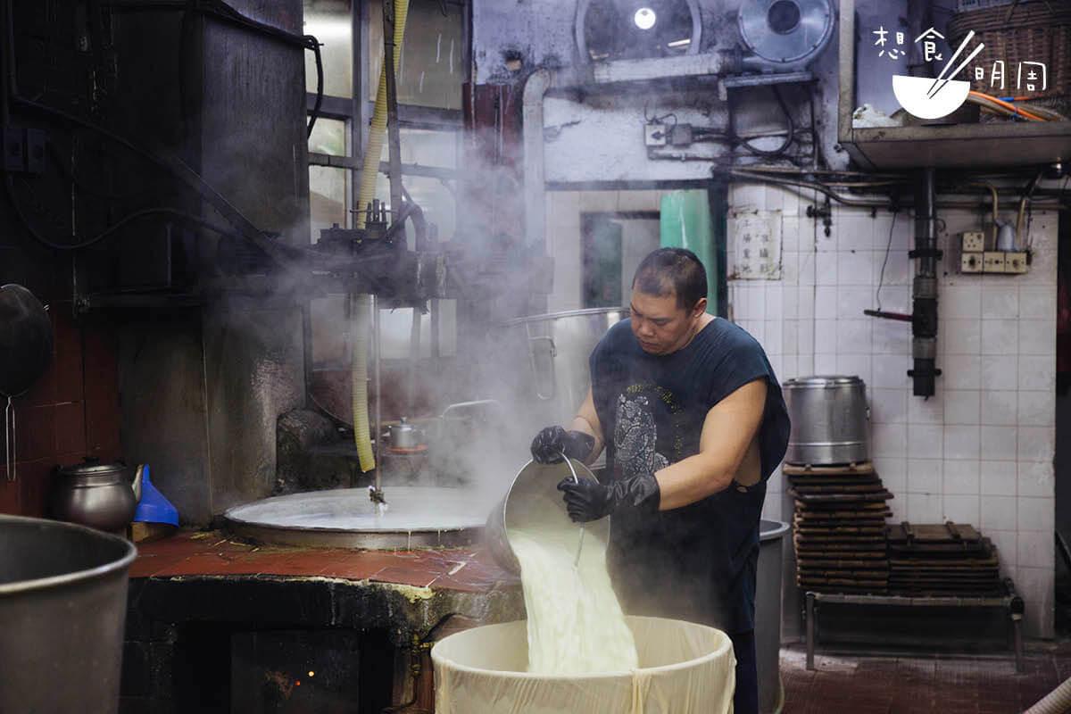 現時九龍城公和只有明哥做豆品。潘影兒說,現時老師傅都慢慢退役,根本請不到人;明哥原是她的朋友,因仗義幫忙而轉行,一手包辦磨豆漿、煮豆漿等工作。
