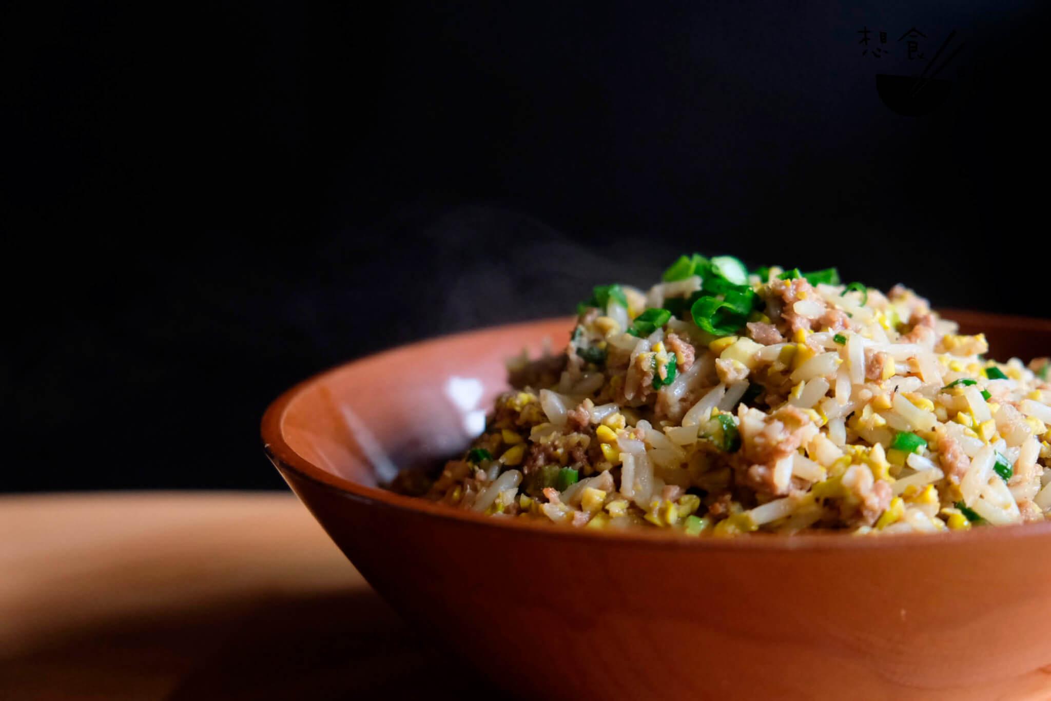 炒香了的大豆芽炒肉鬆,香口好佐飯。以生菜包覆入口,又添幾分泰式風味。