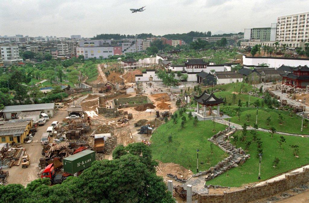 九龍寨城在九〇年代中清拆後,原址改建成公園,園內保留部分寨城古蹟建築。一九九五年,寨城公園正在動工建造。(圖片:法新社)