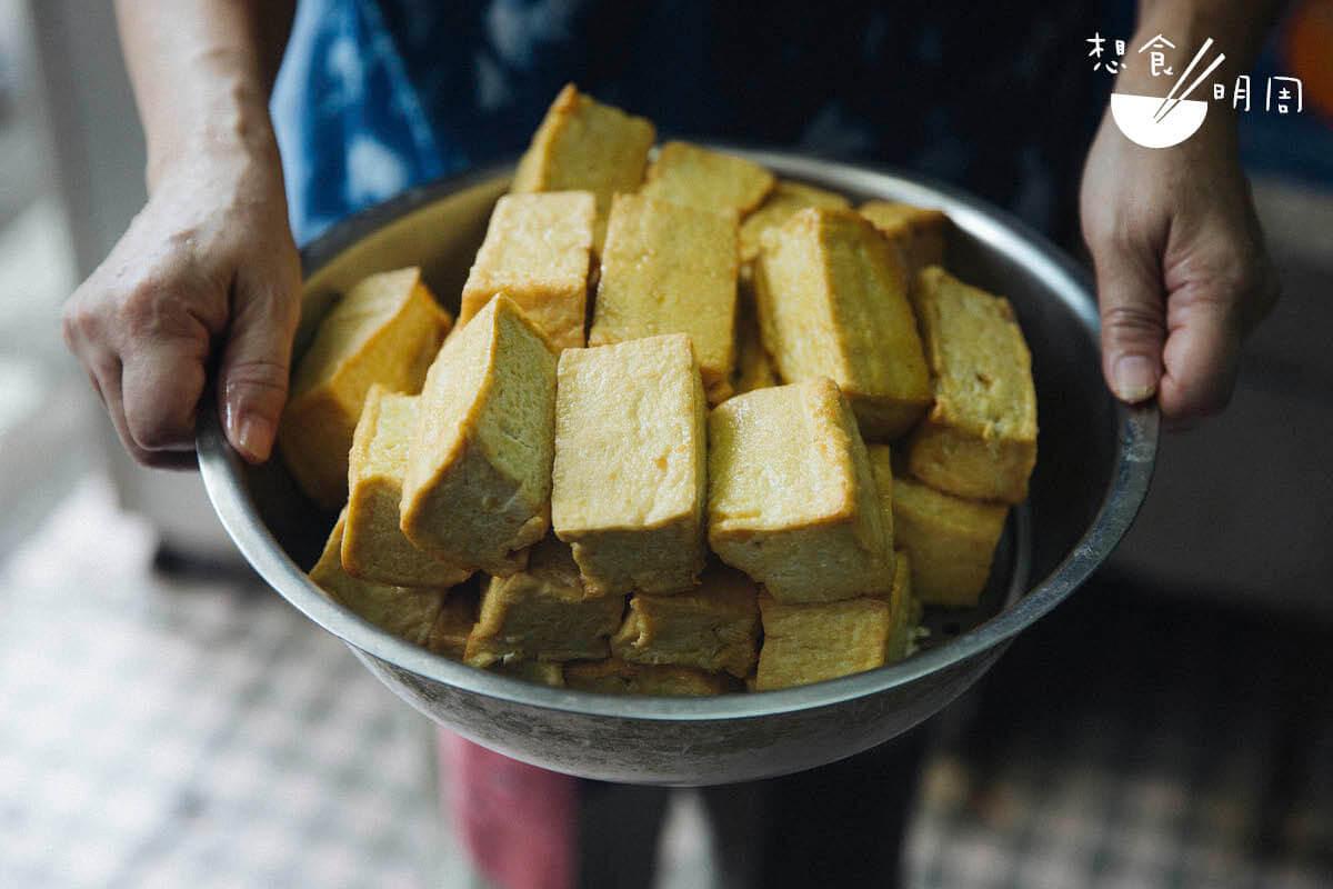 炸豆腐//每天分時段小批量製作,老街坊們都會看準出爐時間購買,通常很快被沽清。($2/件)