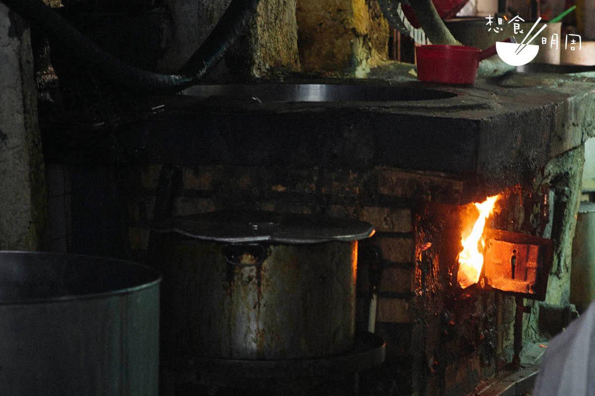 上世紀食店多用油渣爐煮食。柴油釋放的熱能效益很高,故能成就獨特的豆香,唯近年此爐已因牌照問題而被煤氣爐取代。