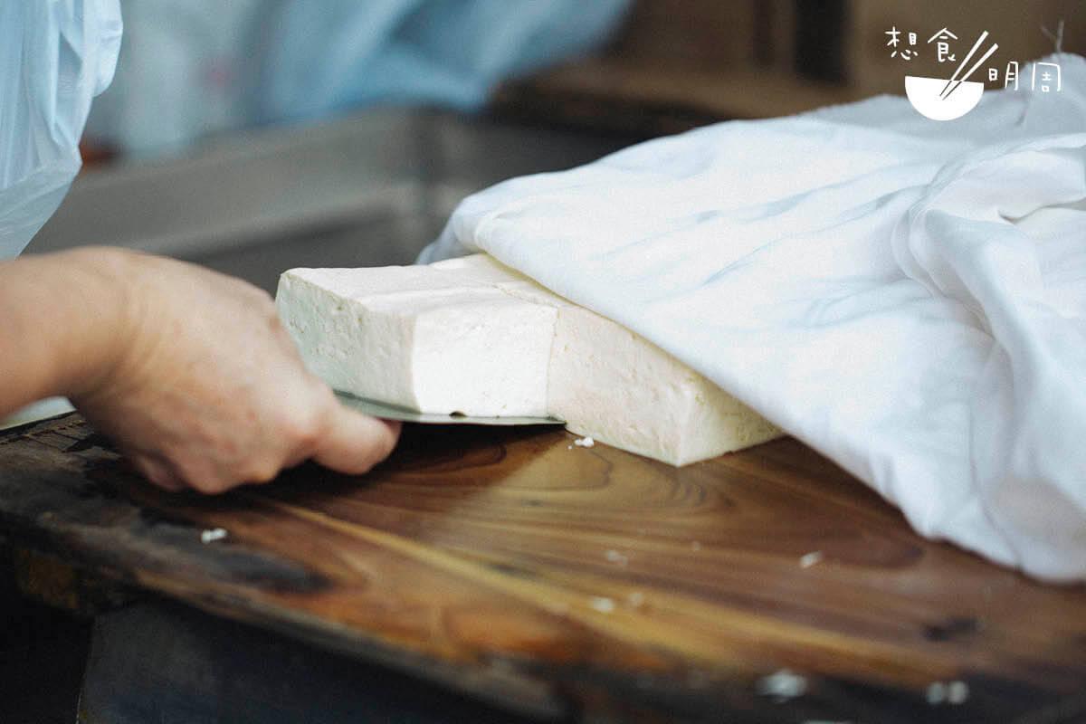 社會轉型,在小店做豆腐的職人也愈來愈少了。他們的地位及產品價值,其實亦應有所調整。