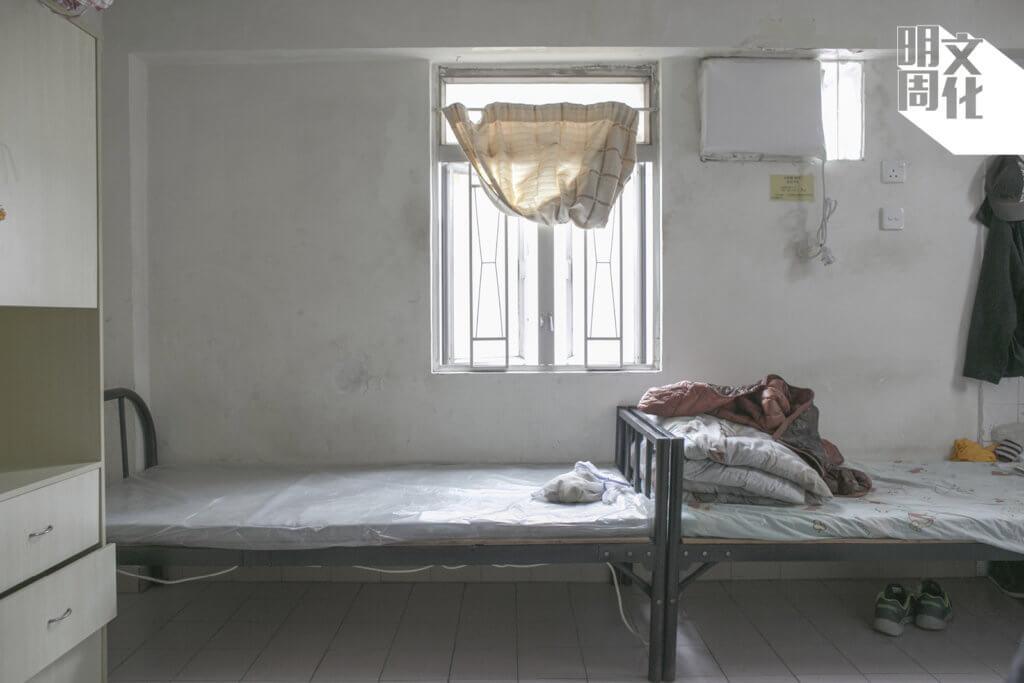 七月七日,香港出現首宗安老院舍個案,慈雲山「港泰護老中心」有八十五歲女院友確診,同住院友中有兩人呈初步陽性,另一人發燒,及後有多家安老院持續羣組爆發。