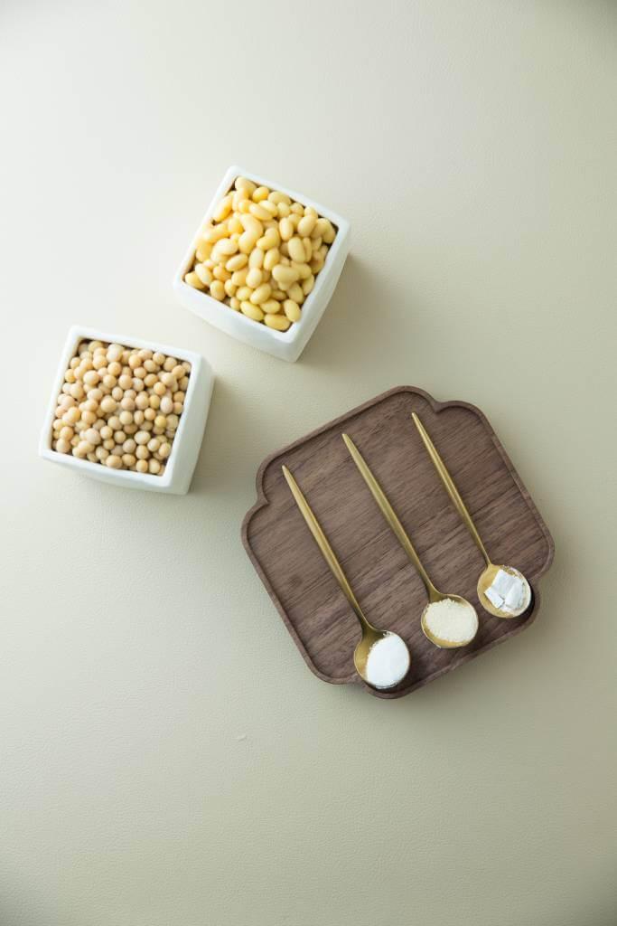 經浸發的加拿大無基因改造大豆,會分別用萄葡糖酸、豬皮凍及石膏粉,做成不同種類的豆腐。她指出,用豬皮凍做出的豆腐較軟,唯不能受熱;石膏粉則是三者中最硬。