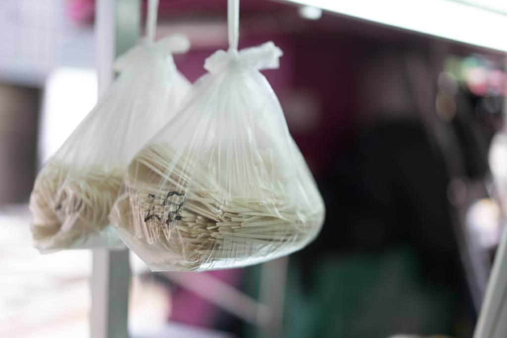 熟客多會購買掛在門前的膠袋裝掛麵,通常是即日做好的貨色。內有一斤份量,足夠一家人吃飽。($30/斤)