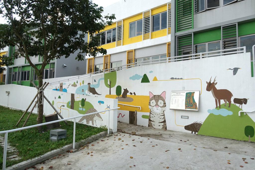 在香港遊樂場協會邀請下,&dear在銀礦灣得償以壁畫繪出動物遊蹤。