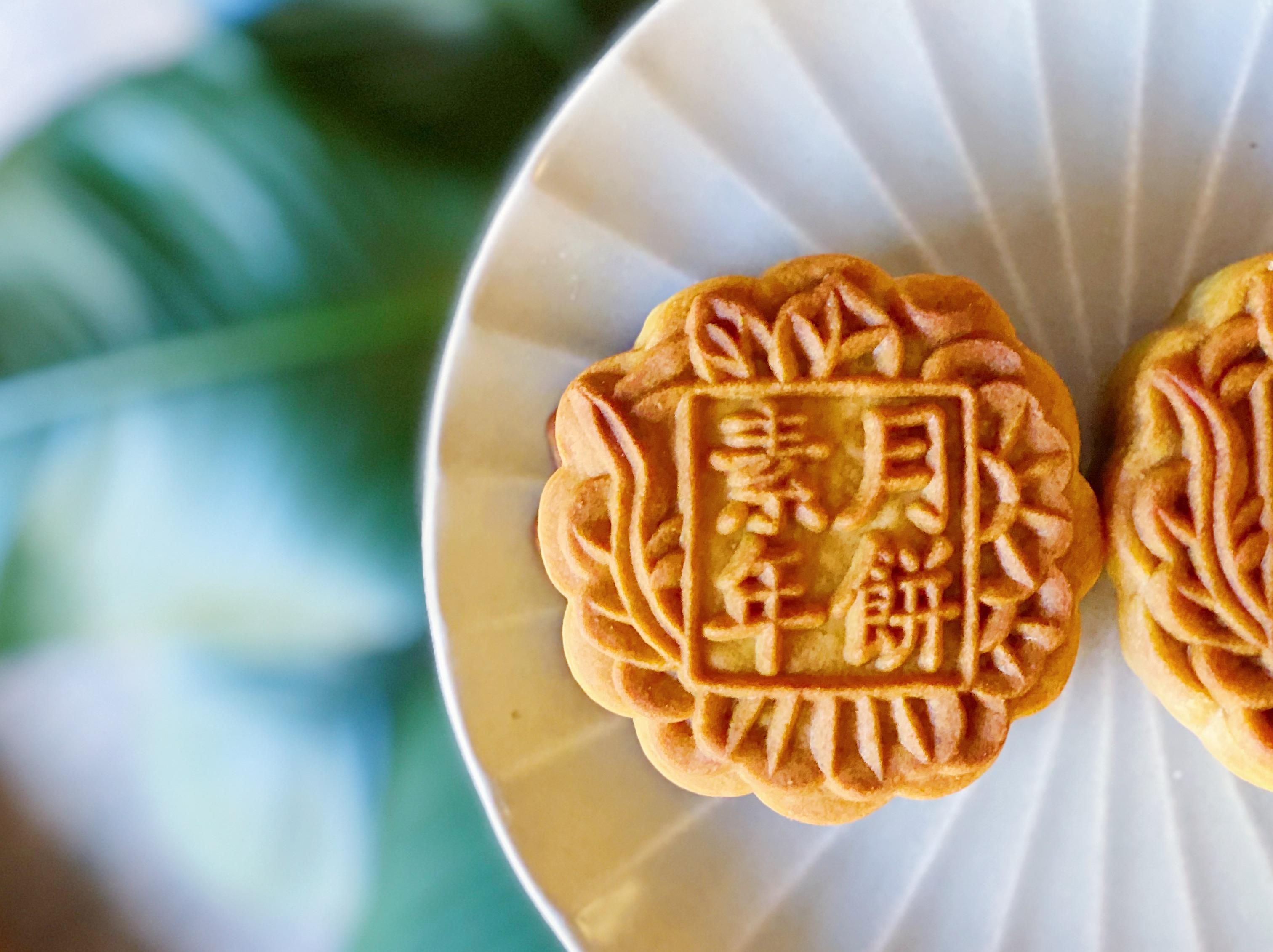 生隆餅店今年與素年合作推出純素月餅,每盒有欖仁蓮蓉月餅及陳皮豆沙月餅每各兩個。(預購價$240/盒;正價$300/盒)