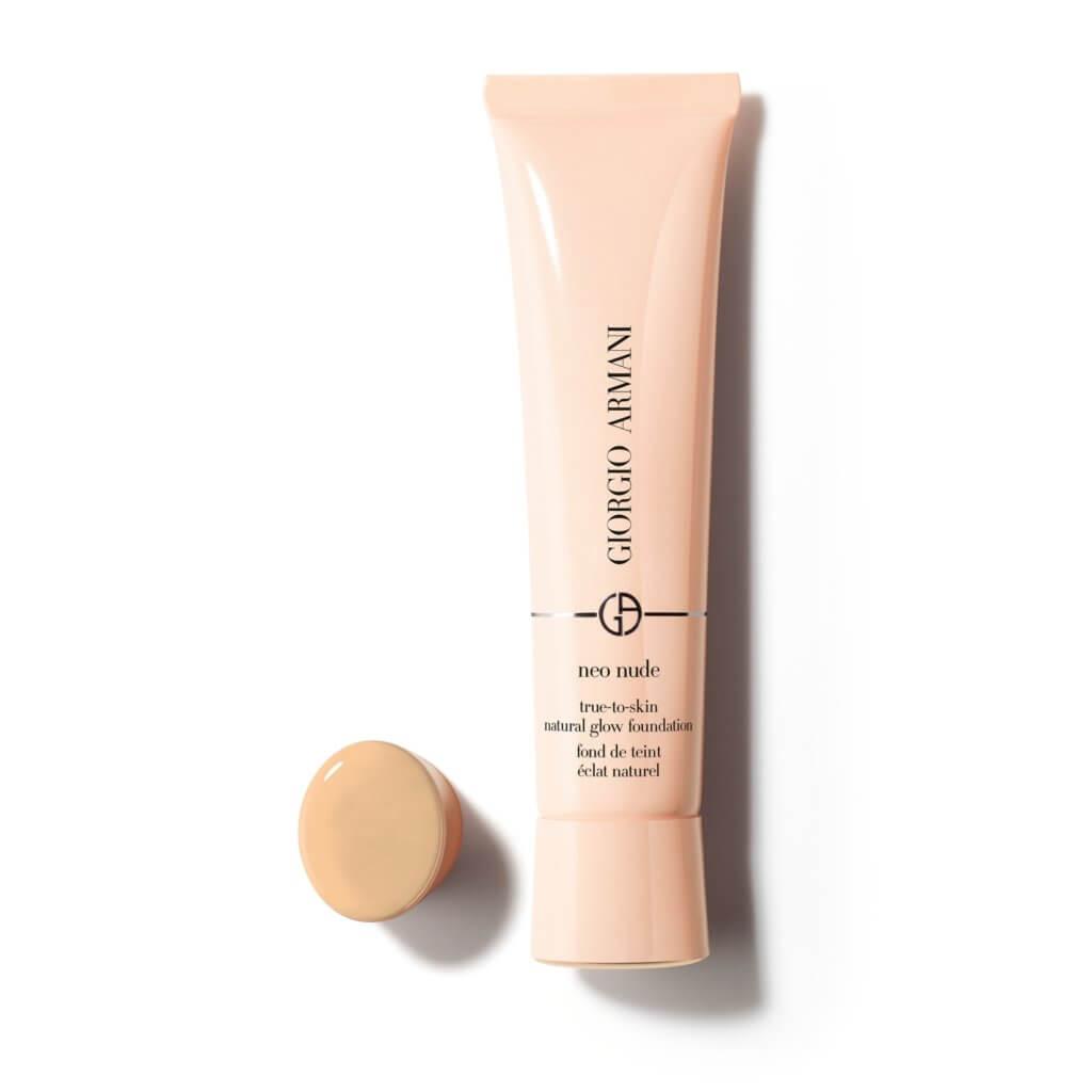 ARMANI beauty NEO NUDE輕紗裸光粉底液 $530 (共3色) Armani這款全新的粉底液塗上面後,會有一種分不出是護膚品還是彩妝的「空氣感」 ,對於想要無妝感、裸肌妝容的你,它會是一個不錯的選擇。配方含有超過 50% 水分,加上透明質酸和高濃度甘油,可以全日注水保濕,營造無重透薄的質地,可以有自然的透亮度。